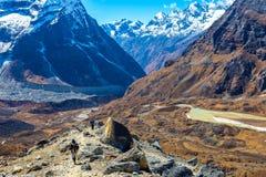 Gruppo di persone con gli zainhi che camminano sulla traccia in alte montagne Fotografie Stock Libere da Diritti