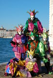 Gruppo di persone in costumi variopinti e le maschere, vista su Grand Canal Immagine Stock