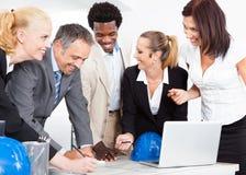 Gruppo di persone di affari che discutono insieme Fotografia Stock Libera da Diritti