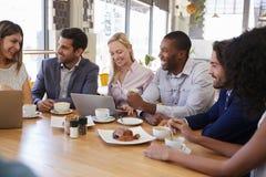 Gruppo di persone di affari che hanno riunione in caffetteria fotografie stock libere da diritti