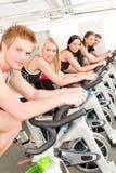 Gruppo di persone di forma fisica sulla bici di ginnastica fotografie stock