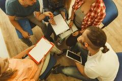 Gruppo di persone gli studenti che lavorano insieme Immagini Stock Libere da Diritti