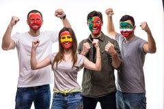 Gruppo di persone i fan dei sostenitori delle squadre nazionali con il fronte dipinto della bandiera del Portogallo, Spagna, Maro Fotografia Stock Libera da Diritti