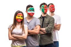 Gruppo di persone i fan dei sostenitori delle squadre nazionali con il fronte dipinto della bandiera del Portogallo, Spagna, Maro Fotografia Stock
