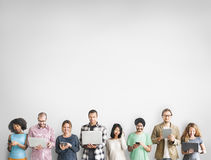 Gruppo di persone il concetto del dispositivo di Digital del collegamento fotografie stock