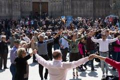 Gruppo di persone il sardana ballante di ballo Fotografie Stock