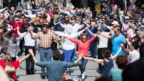 Gruppo di persone il sardana lungo ballante di ballo del cerchio Fotografie Stock Libere da Diritti