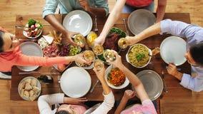 Gruppo di persone il vino mangiante e bevente alla tavola stock footage