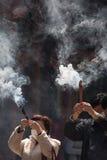 Gruppo di persone incenso bruciante e pregare Immagine Stock Libera da Diritti