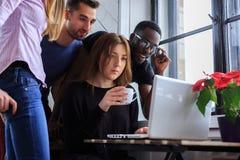 Gruppo di persone internazionale che lavorano con il computer portatile Fotografia Stock