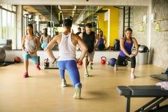 Gruppo di persone l'allenamento in club in buona salute Fotografia Stock Libera da Diritti