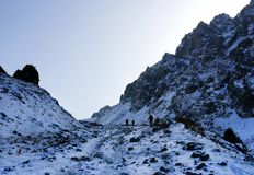 Gruppo di persone in montagne rocciose Immagini Stock Libere da Diritti