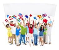 Gruppo di persone Multi-etnico che giudicano tabellone per le affissioni in bianco fotografie stock