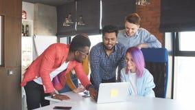 Gruppo di persone Multi-etnico che lavorano insieme all'interno stock footage