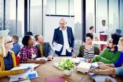 Gruppo di persone multietnico che confrontano le idee nell'ufficio Fotografia Stock