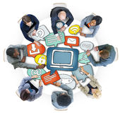 Gruppo di persone multietnico con il simbolo di tecnologia Fotografia Stock