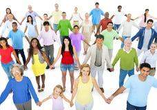 Gruppo di persone multietnico tenersi per mano immagini stock