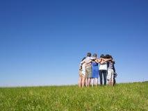 Gruppo di persone nella calca nel campo fotografia stock