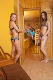 Gruppo di persone nella parte anteriore ed in una sauna Fotografia Stock