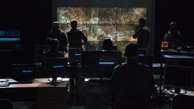 Gruppo di persone nella stanza scura che lanciano un missile fotografia stock
