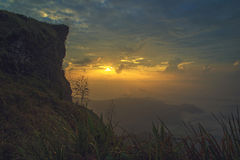 Gruppo di persone sopra una montagna al chifa di phu a Chiangrai, Tailandia Fotografie Stock Libere da Diritti