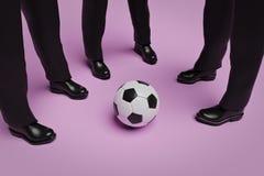 Gruppo di persone in vestito con un pallone da calcio, rappresentazione 3d illustrazione di stock
