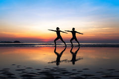 Gruppo di persone yoga di pratica fotografie stock