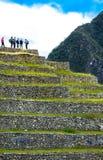 Gruppo di Peru Machu Picchu di viandanti nella linea alla sommità che raggiunge cima Fotografia Stock Libera da Diritti