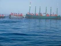 Gruppo di pescatori che circondano la trappola con la Banca dei Regolamenti Internazionali delle reti Immagini Stock