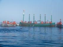 Gruppo di pescatori che circondano la trappola con le reti Immagine Stock