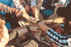 Gruppo di pila degli amici di mani insieme Fotografia Stock Libera da Diritti