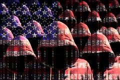 Gruppo di pirati informatici incappucciati che splendono tramite una bandiera americana digitale Fotografia Stock