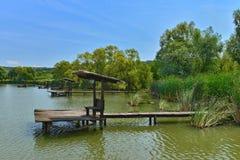Gruppo di posti di pesca nel lago dal ristorante di Hanul Pescarilor in Oradea Fotografie Stock