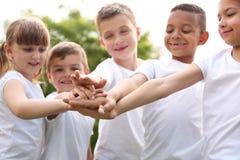 Gruppo di prender per manosi dei bambini Progetto volontario immagini stock libere da diritti