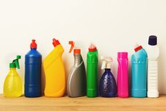 Gruppo di prodotti di pulizia variopinti su fondo bianco Immagini Stock Libere da Diritti