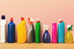 Gruppo di prodotti di pulizia variopinti su fondo rosa Immagini Stock Libere da Diritti