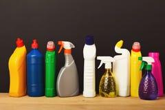Gruppo di prodotti di pulizia variopinti su fondo scuro Immagine Stock Libera da Diritti