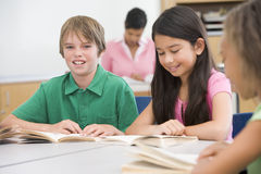 Gruppo di pupille della scuola elementare in aula Fotografie Stock Libere da Diritti