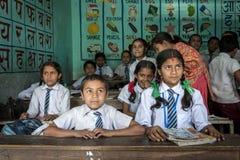 Gruppo di pupille nepalesi in un codice categoria Fotografie Stock