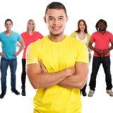 Gruppo di quadrato dei giovani degli amici isolato su bianco immagini stock libere da diritti