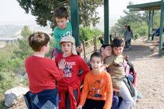 Gruppo di quarti bambini della scuola elementare di Isaraeli e di loro genitori Fotografie Stock Libere da Diritti