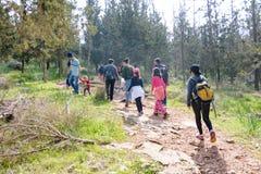 Gruppo di quarti bambini della scuola elementare di Isaraeli e di loro genitori Immagini Stock