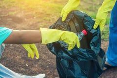 Gruppo di raccolta dei rifiuti di aiuto del volontario dei bambini Fotografia Stock Libera da Diritti