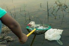 Gruppo di raccolta dei rifiuti di aiuto del volontario dei bambini Immagine Stock