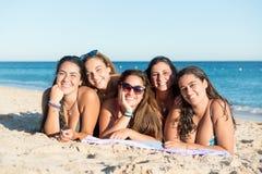 Gruppo di ragazze alla spiaggia Immagine Stock