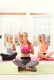 Gruppo di ragazze che fanno gli esercizi di yoga Immagini Stock Libere da Diritti