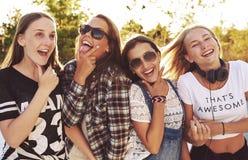 Gruppo di ragazze che fanno le espressioni di divertimento Fotografie Stock