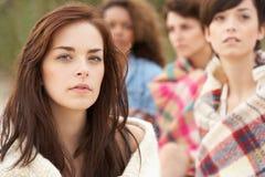 Gruppo di ragazze che si siedono insieme sulla spiaggia fotografia stock