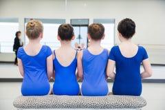 Gruppo di ragazze che si siedono sul banco Fotografia Stock Libera da Diritti