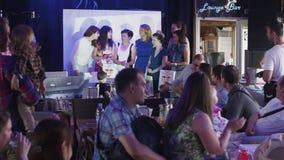 Gruppo di ragazze con i regali in scena in ristorante sull'evento pubblici applauso video d archivio